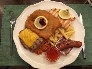 Mein Lieblingsessen im Opatija: Der Schmankerl-Teller mit Schnitzelspezialitäten, viel Fleisch und Djuvec-Reis. Fast zu groß zum aufessen. Aber zu lecker zum liegen lassen.