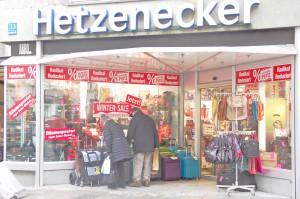 Die Filialen von Hetzenecker in München fallen mit den roten Sale-Lettern in den Fenstern auf. Hier werden u. a. Rimowa-Koffer unter Listenpreis verkauft.