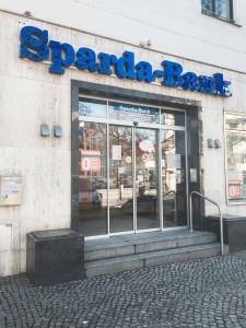 Nicht so viele Filialen gibt es von den Sparda-Banken; dafür sind sie jedoch Mitglied im sog. Cashpool und der Kunde zahlt keine Kontoführungsgebühren.