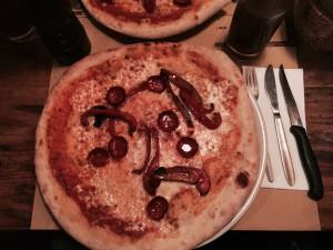 Die Pizza aus dem Mittagsangebot mit Paprika und scharfer Salami belegt. Gibt's im zentralen für Tarullo's mit 0,5 Spezi für inges. 9,18€. Hervorzuheben das extra, scharfe Messer für die Pizzaesser.