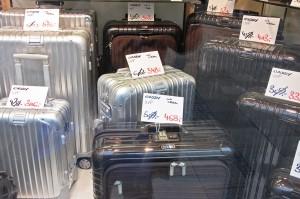 Rimowa-Koffer sind zwar etwas hochpreisiger in der Anschaffung, aber dafür halten sie länger. Außerdem kann bei der Anschaffung auch sparen wie bspw. bei Hetzenecker in München.