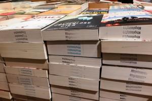 Im Texxt an der Sendlinger Straße werden fast ausschließlich (Schein)mängelexemplare verkaufte. Diese Remittenden müssen dementsprechend im Schnitt der Bücher gekennzeichnet werden. (Foto: Winderl)