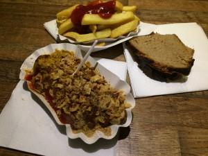 Currywurst mit Cheezy-Style, Pommes und das Bauernbrot