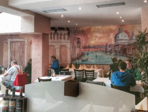 Das Ambiente in der Pizzeria in Neubiberg ist liebevoll gestaltet - Atmosphäre will trotzdem nicht so recht aufkommen.