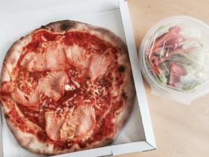 """Im Mittagsmenü ist sogar eine Pizza mit Lachs bestellbar - die Auswahl ist toll. Auch der """"kleine"""" gemischte Salat hat eine schöne Größe."""