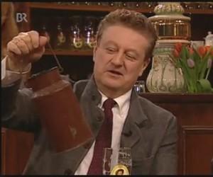 """Prof. Heckl wies beim Sonntags-Stammtisch (22.02.15) auf die Aktion """"Plastik fasten""""  hin - symbolisch hatte der die alte Milchkanne seiner Mutter dabei. (Foto: Screenshot BR)"""