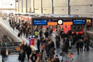 """Ich werde wohl auch künftig die """"Oldschool""""-Variante wählen: Am Münchner Hauptbahnhof treffen sich Bayern-Ticket-Reisende zwischen Gleis 24 und 25. Ich empfehle ca. eine halbe Stunde vor Abfahrt am Bahnhof zu sein. (Quelle: © Deutsche Bahn AG)"""
