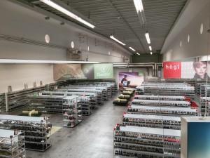 """Ein Überblick über den Verkaufsraum von der Wendeltreppe zu den """"Last Seasons Schuhen"""": Rechts die Högl-. links die Hassia-/ Ganterabteilung. (Foto: Winderl)"""