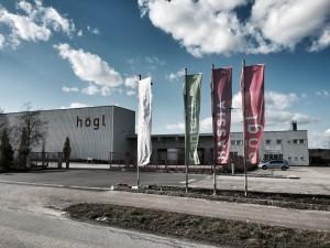 """Das Högl-Outlet ist ein echtes Factory-Outlet. Denn in der Fabrikhalle (links) werden die Schuhe noch gefertigt: """"Made in Austria"""" also."""