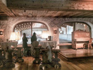 Von der Bar des Hotels -in die für die Weißwurst-Party ein doppelter Boden eingezogen wird- kann man die auf die Reithalle des Lipizzaner-Gestüts schauen. (Foto: Winderl)