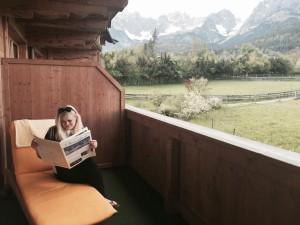 Es muss ja nicht immer eine Suite sein... Ein Doppelzimmer tut's auch: Die Natur - Blick auf den Wilden Kaiser - wertet das kleinste Zimmer auf, die alle recht rustikal eingerichtet sind. (Foto: Wilzewski)