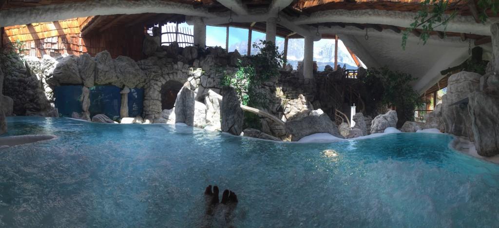 """Das ist der Ausblick vom Whirlpool aus - oben der Ausblick auf den Wilden Kaiser, links auf das Aquarium. Hinter den """"Felsen"""" befinden sich Sauna und Dampfbäder. (Foto: Winderl)"""