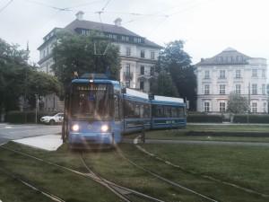 """Die """"Nachtlinie"""" fuhr am Karolinenplatz ab. Die Tram sieht von außen fast wie eine ganz normale Straßenbahn aus. (Foto: Winderl)"""