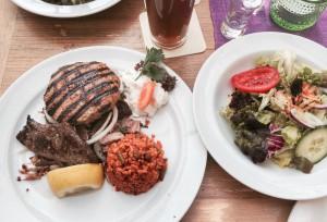 Der Salat und zwei Ouzo sind in der Mittagskarte inklusive. (Foto: Winderl)