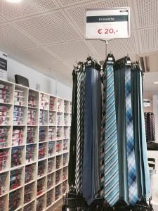 Auch Ettern-Krawatten gibt es günstig in der Sperrwies in Passau zu kaufen. (Foto: Winderl)