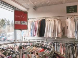 Im Fabrikverkauf gibt es auch etwas aus der Eterna-Damen-Kollektion: Blusen, Tücher und je nach Saison auch Blazer oder Westen. (Foto: Winderl)