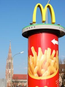 Auch in der ersten Mc-Donald's-Filiale Deutschlands an der Martin-Luther-Straße gibt es eine Free-Refil-Station. Im Hintergrund ist die Giesinger Heilig-Kreuz-Kirche zu sehen. (Foto: Winderl)