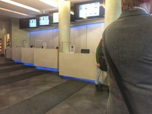 """Ob der Typ """"zu-spät-kommer"""" im CinemaxX am Isartor immer freiwillig zu spät kommt? In der Zeit, in der das Jubiläumsticket galt, war immer nur eine Kasse geöffnet. (Foto: Winderl)"""