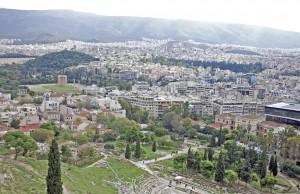 Blick von der Akropolis auf Athen: Am rechten Bildrand ist mit seiner auffälligen Glasarchitektur das Akropolismuseum zu sehen. (Foto: Winderl)