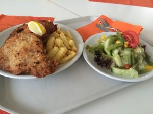 Am Mittwoch ist Schnitzeltag. Dann gibt es große Schnitzel mit Pommes und Salat für 6,50 Euro. (Foto: Pfannkuch)