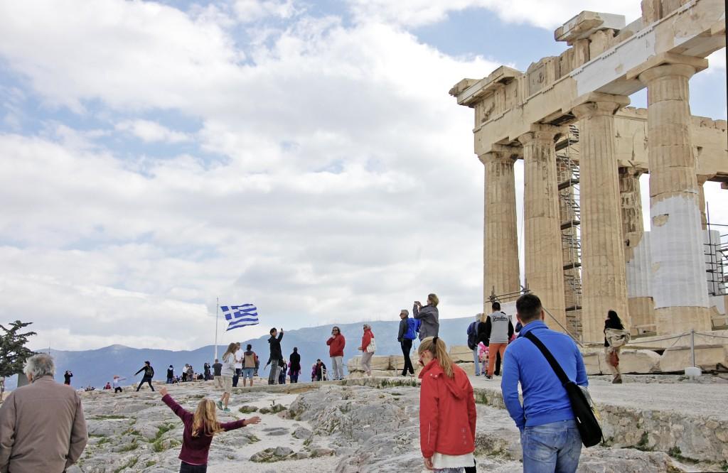 Irgendwie hat mich die Kombi aus Pflastersteinen und Flagge auf der Akropolis an den Mond erinnert. (Foto: Winderl)