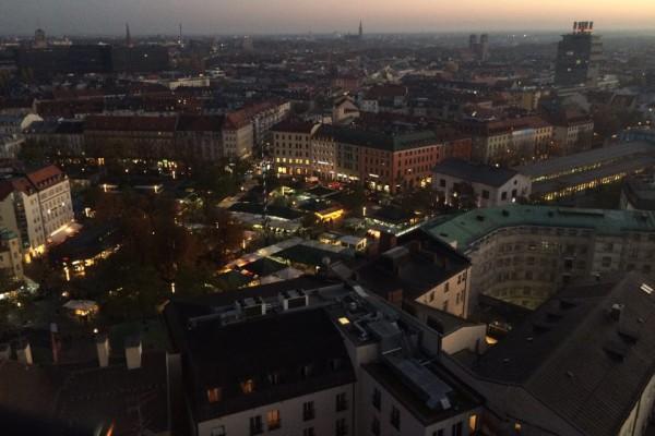 Hoch über München zur Dämmerung auf Sankt Peter (Foto: Pfannkuch)