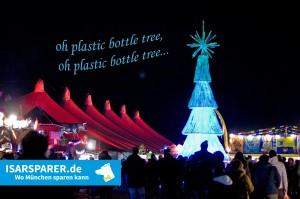 Ein Christbaum aus Plastikflaschen am Tollwood in München (Foto: Winderl)