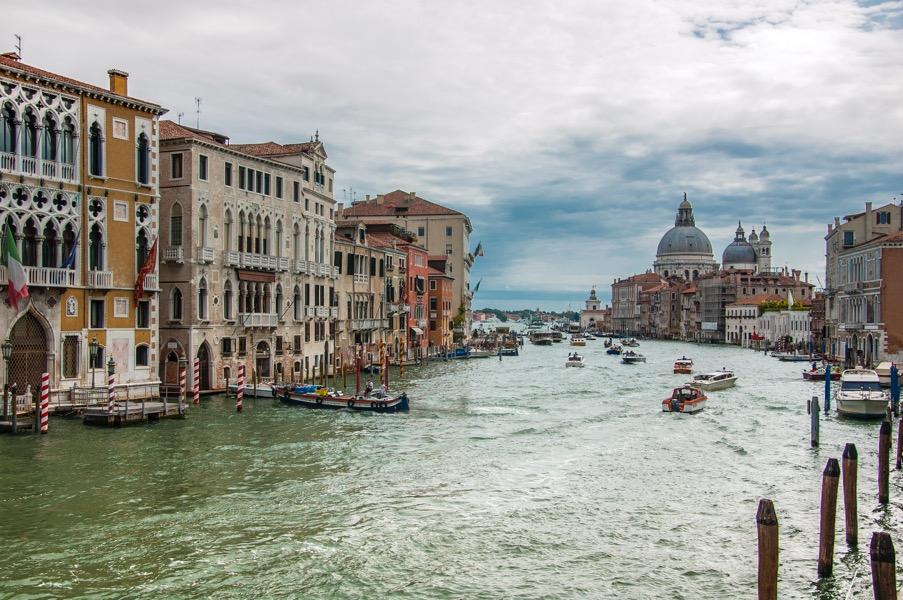 Venedig von einer seiner unzähligen Brücken aus fotografiert (Foto: Ralph Winderl)