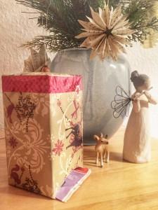 So sieht der fertige selbstgemachte Tee-Adventskalener aus. Die Teepackung wurde mit Geschenkpapier verschönert und ein Loch hineingeschnitten. (Foto: Winderl)