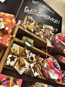 Tolle Kosmetik-Qualität und die originellen Weihnachtsprodukte werden bei Lush radikal reduziert (Foto: Winderl)