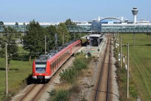 Der Münchner Flughafen liegt rund 29 Kilometer vor der Landeshauptstadt im Erdinger Moos und ist mit den S-Bahn-Linien S1 und S8 zu erreichen. Wir zeigen euch, welches MVG-Ticket das Richtige ist. Hier verlässt eine S1 (Triebwagen der Baureihe ET 423) zum Ostbahnhof den Haltepunkt München Flughafen Besucherpark. (Copyright: Deutsche Bahn AG)