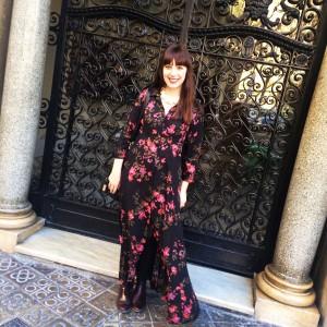Unsere Gastautorin Giulia mit ihrem vor Ort gestoppten Kleid in Barcelona. (Foto: Privat)