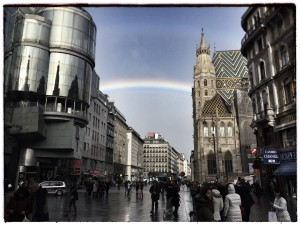 Wien ist zu jeder Jahreszeit eine Reise wert: Denn auch wenn es mal regnet - scheint die Sonne wieder. Hier Regenbogen über dem Stephansplatz im 1. Bezirk (Foto: Winderl)
