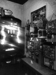 Kaugummi- und Spielautomaten gab es früher oft in Wirtshäusern. Im Sandbacher Hof gibt es sie noch immer (Foto: Winderl)