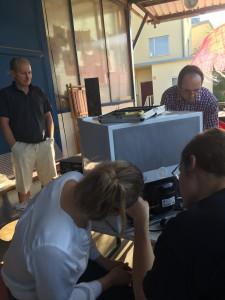 Philip repariert einen Mini-Kühlschrank aus Fernost (Foto: Winderl)