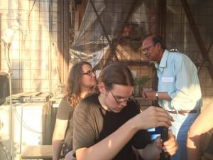 Loken (rechts) unterhält sich mit seinen jungen Reparatur-Kollegen (Foto: Winderl)
