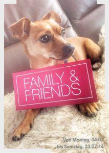 Logohund Mali hat die Einladung zum Family & Friends-Shopping schon durchstudiert. (Foto: Winderl)