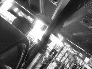 Bonjour tristesse! Es gibt schönere Ort als den ZOB, an dem der Flixbus in München ankommt und abfährt. Aber besser als SEV mit der Bahn und günstiger zum Flughafen kommt man auch nicht oder? (Foto: Winderl)