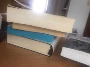 Zum Vergleich das Buch rechts: So vergilbt kamen die Bücher von Medimops an (Foto: Winderl)