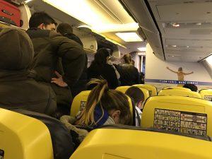 Das Flugzeug ist gerade gelandet - aussteigen kann man noch nicht, aber alle stehen schon im Gang. Lieber sitzen bleiben. (Foto: Winderl)